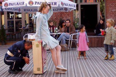 Eine Frau sitzt auf einer Kiste