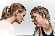 Zwei Frauen schauen sich tief in die Augen